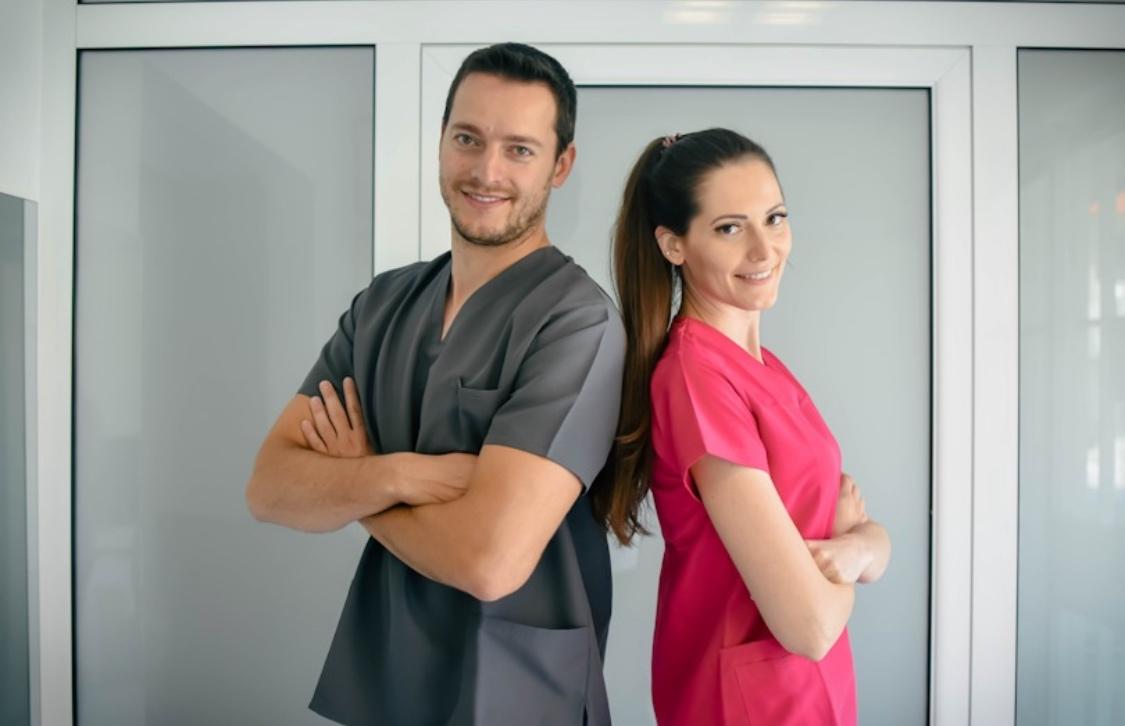 Професионалните облекла на Confezioni Cappello и влиянието на цветовете върху настроението в стоматологичните кабинети